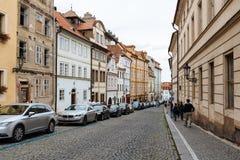 美丽如画的街道在布拉格城堡附近的Hradcany区 库存照片