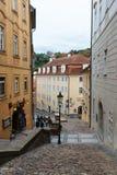 美丽如画的街道在布拉格城堡附近的Mala Strana区 免版税图库摄影