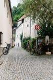 美丽如画的街道在萨尔茨堡的历史的市中心 免版税库存照片