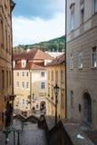 美丽如画的街道在Mala Strana区在布拉格 免版税库存图片
