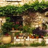 美丽如画的街道场面在Gourdon,普罗旺斯,法国中世纪村庄  免版税库存图片