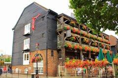 美丽如画的装饰的老英国客栈房子伦敦英国 免版税库存照片