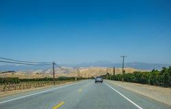 美丽如画的路在内华达山 农业地区在加利福尼亚 免版税库存照片