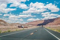美丽如画的路通过那瓦霍尔人保留地 亚利桑那,美国 免版税库存图片