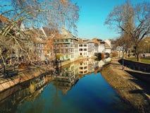 美丽如画的运河的传统半木料半灰泥的房子在La小的法国,史特拉斯堡 免版税库存照片