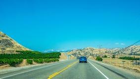 美丽如画的高速公路在内华达山 农业地区在加利福尼亚,美国 免版税库存照片