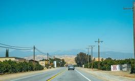美丽如画的高速公路在内华达山 农业地区在加利福尼亚 免版税库存图片