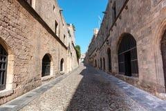 美丽如画的中世纪街道在罗得岛老镇 免版税库存图片