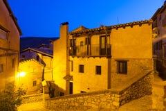 美丽如画的住所房子夜视图在Albarracin 免版税图库摄影