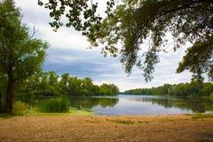 美丽如画的夏天河风景 免版税库存图片