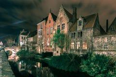 美丽如画的夜运河在布鲁日,比利时 免版税库存图片