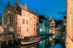 美丽如画的夜运河Dijver在布鲁日 免版税图库摄影