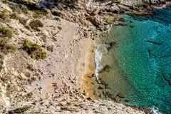 美丽如画的小小海湾和盐水湖 免版税库存照片