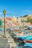 美丽如画的小游艇船坞Corricella在意大利 库存图片