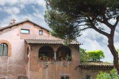 美丽如画的意大利豪宅在杉树下 免版税图库摄影