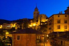 美丽如画的房子夜视图在Albarracin 免版税库存照片