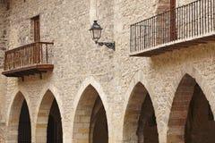 美丽如画的扔石头的成为拱廊街道正方形在西班牙 坎塔维耶哈,特鲁埃尔省 免版税库存照片