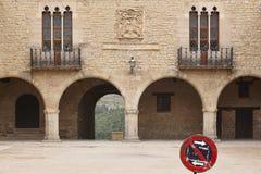 美丽如画的扔石头的成为拱廊街道正方形在西班牙 坎塔维耶哈,特鲁埃尔省 图库摄影