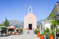 美丽如画的教会在Lasinthos Eco动物园公园 免版税图库摄影