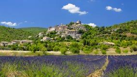 美丽如画的村庄在普罗旺斯 免版税库存照片