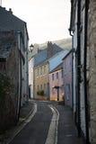 美丽如画的村庄街道在康沃尔郡,英国 图库摄影