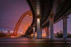 美丽如画的桥梁在莫斯科在雨中 库存图片