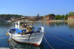 美丽如画的海湾渔船希腊 库存图片