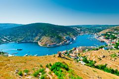 美丽如画的海湾Balaklava和热那亚人的堡垒的遗骸的看法。 免版税图库摄影