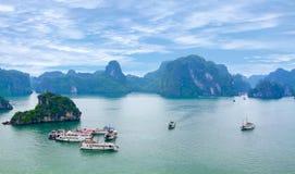 美丽如画的海风景。下龙市海湾,越南 库存照片