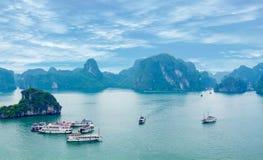 美丽如画的海风景。下龙市海湾,越南 免版税库存照片