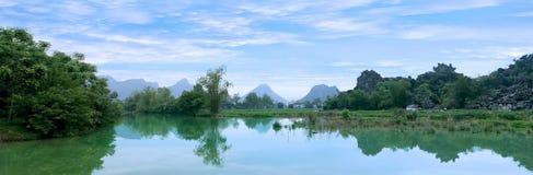 美丽如画的海风景。下龙市海湾,越南 免版税库存图片
