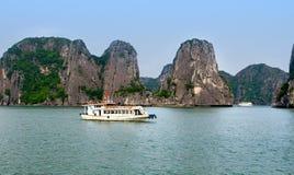 美丽如画的海风景。下龙湾,越南 免版税库存照片