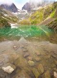 美丽如画的湖在法国阿尔卑斯在紫胶Blanc断层块 库存图片