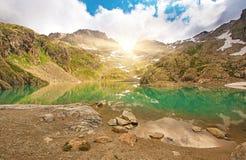 美丽如画的湖在法国阿尔卑斯在紫胶Blanc断层块 免版税库存照片