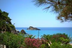 美丽如画的爱奥尼亚人海边 库存照片
