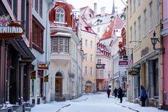 美丽如画的狭窄的街道在老镇塔林高的Vanna 免版税图库摄影