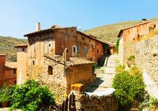美丽如画的石房子在普通的西班牙镇 免版税图库摄影