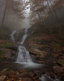 美丽如画的秋天瀑布 免版税库存图片