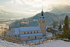 美丽如画的老教会的看法在格律耶尔城堡和瑞士人附近的 图库摄影