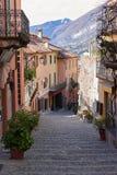 美丽如画的老胡同在贝拉焦 免版税库存照片