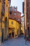 美丽如画的胡同在卢卡,托斯卡纳,意大利 库存图片