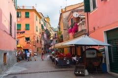 美丽如画的胡同在蒙泰罗索阿尔马雷,意大利 免版税图库摄影