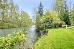美丽如画的自然。河 免版税库存照片