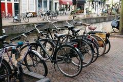 美丽如画的街道在荷兰市有自行车的德尔福特停放 免版税图库摄影