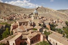 美丽如画的镇在西班牙 古老房子和大教堂塔 A 图库摄影