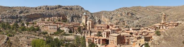 美丽如画的镇在西班牙 地区莫斯科一幅全景 Albarracin 免版税库存照片