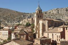美丽如画的镇在西班牙 大教堂和古老堡垒 Albar 免版税库存照片