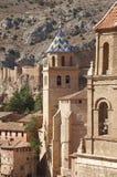 美丽如画的镇在西班牙 大教堂和古老堡垒 Albar 免版税图库摄影