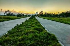 美丽如画的风景场面和日出在路上 库存图片