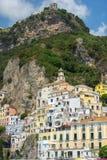 美丽如画的风景阿马飞,萨莱诺,意大利海湾  免版税库存图片